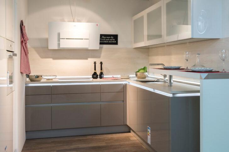 Medium Size of In Unseren Ausstellungskchen Zeigen Wir Ihnen Unsere Unterschrank Küche L Form Sockelblende Aufbewahrungssystem Arbeitsplatte Bodenbeläge Gardinen Für Die Wohnzimmer Küche Zweifarbig