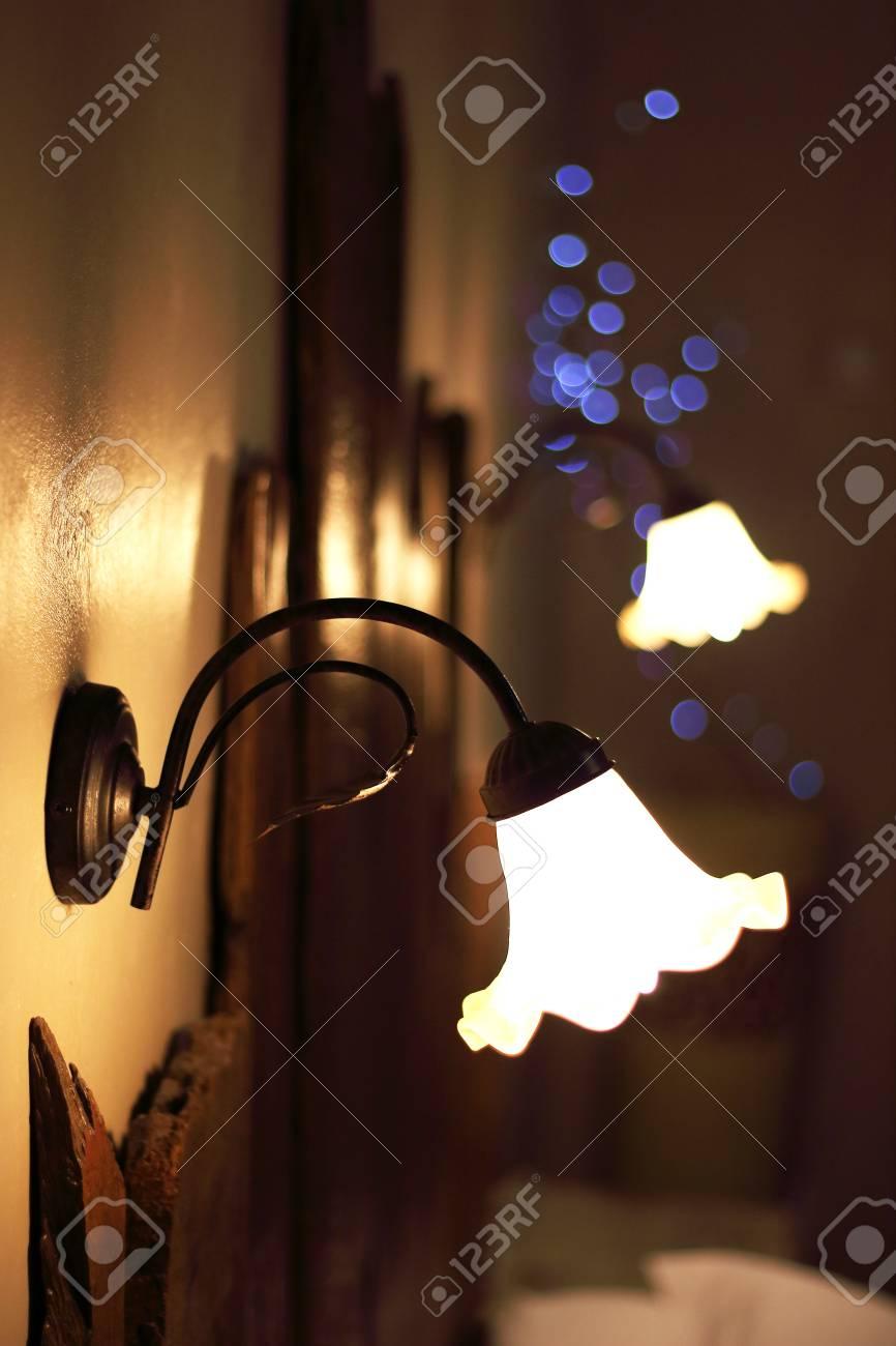 Full Size of Lampen Ber Ein Bett Eines Luxus Platziert Wohnzimmer Landhausküche Grau Stehlampen Esstisch Landhaus Bad Led Landhausstil Sofa Küche Gebraucht Wandregal Wohnzimmer Landhaus Lampen