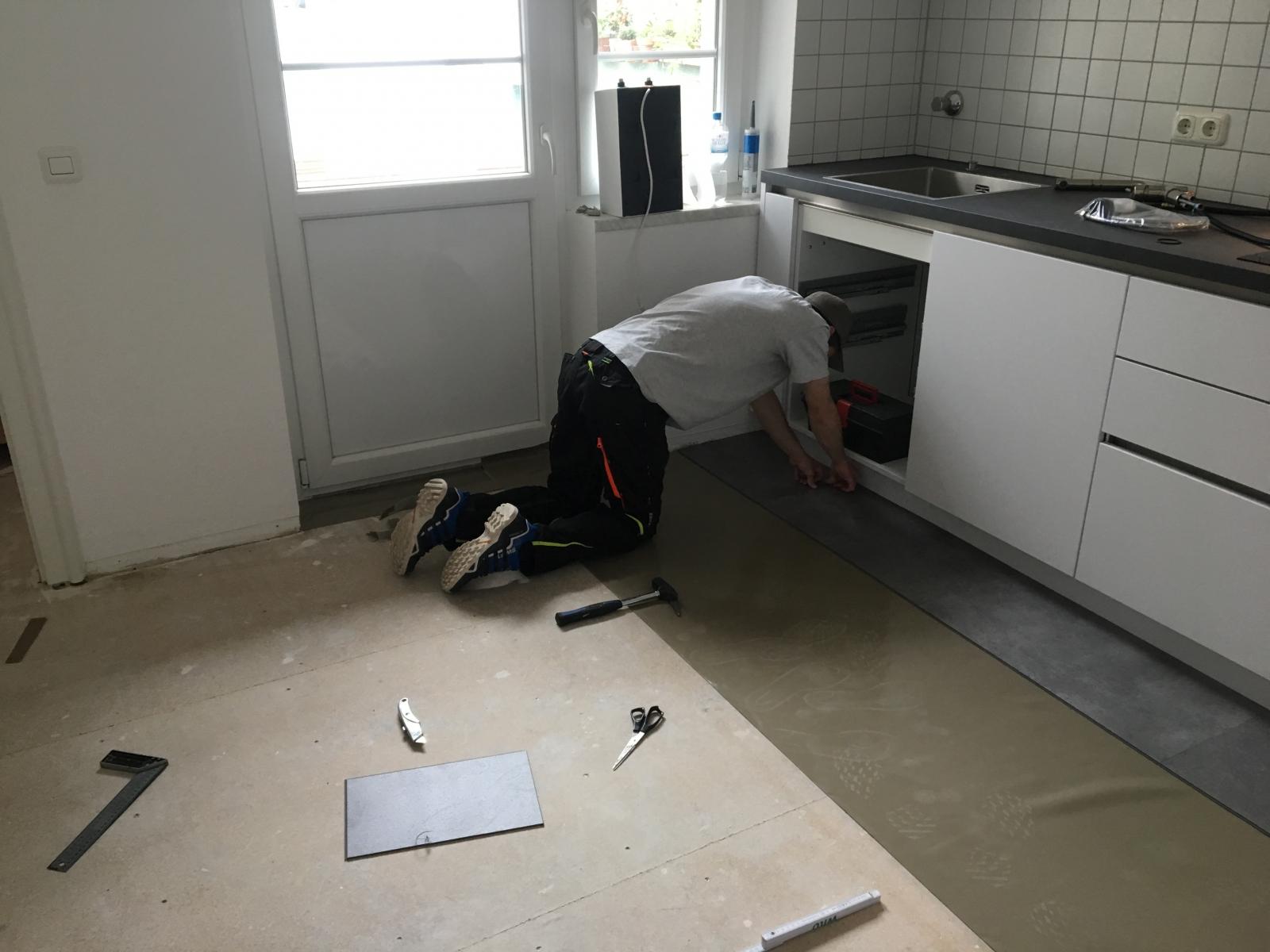 Full Size of Home Celina Und Luka Verlegen Ihren Neuen Boden Vinylboden Im Bad Wohnzimmer Badezimmer Vinyl Küche Fürs Wohnzimmer Küchenboden Vinyl