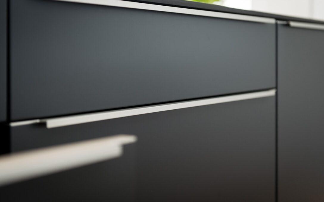 Large Size of Küche Griffe Beer Kchen Manufaktur Ganz Individuell Kchengriffe Fototapete Grau Hochglanz Vinyl Gebrauchte Verkaufen Wasserhahn Wandanschluss Blende L Form Wohnzimmer Küche Griffe