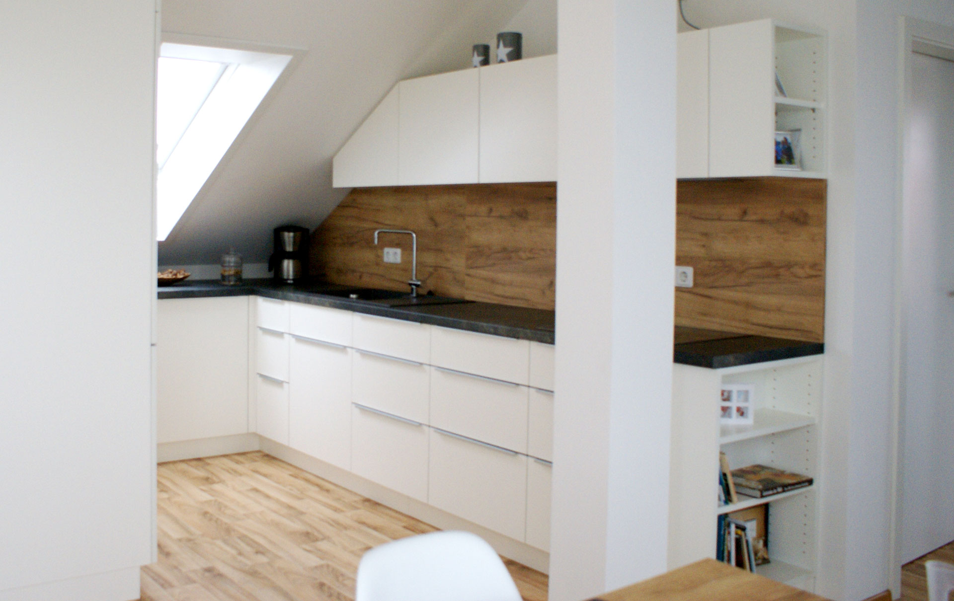 Full Size of Dachschräge Küche Einbaukche In Dachwohnung Betonoptik Einbauküche Mit Elektrogeräten Büroküche Sideboard Arbeitsplatte Kaufen Landhaus Modulküche Wohnzimmer Dachschräge Küche