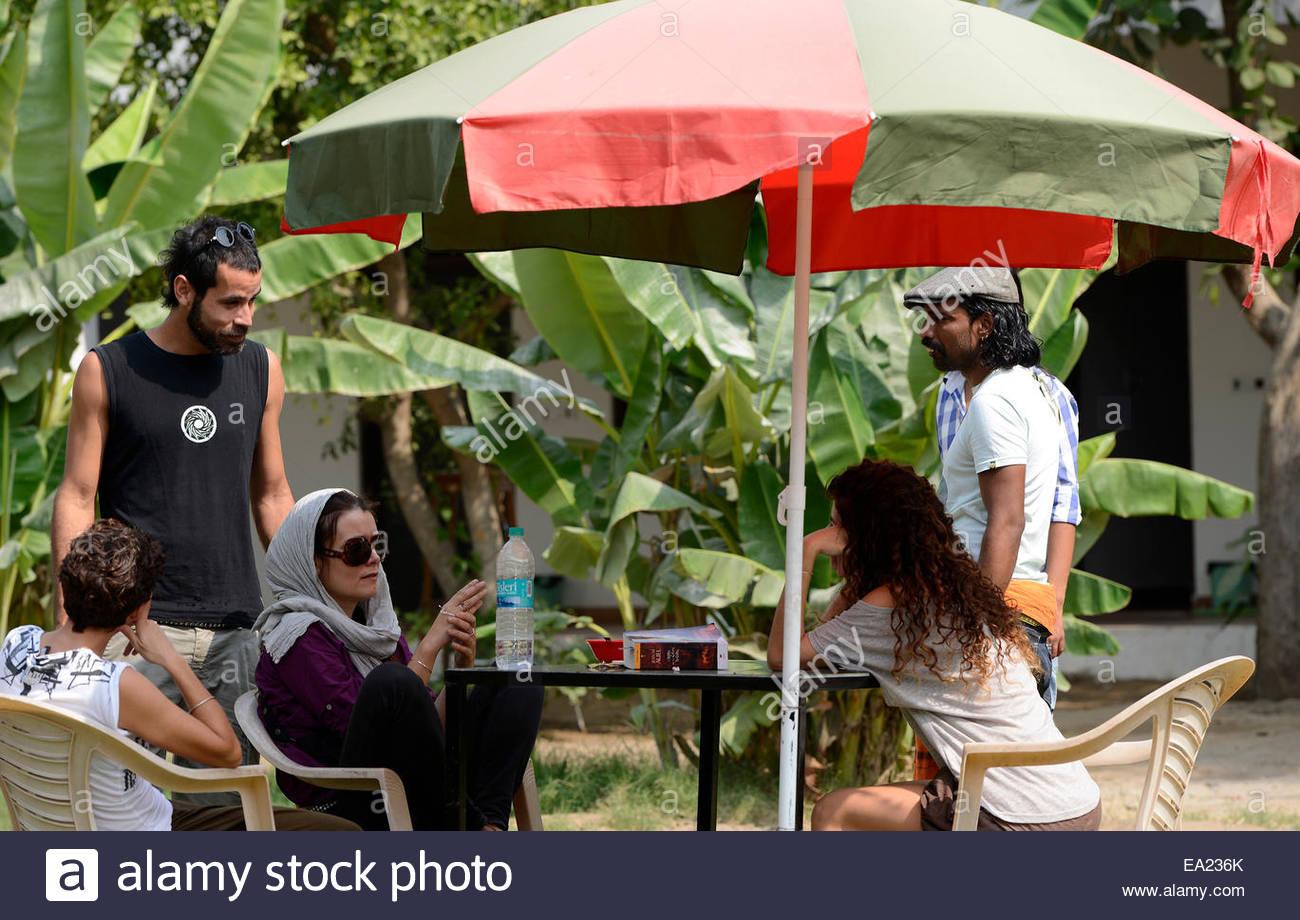 Full Size of Sonnenschutz Im Garten Terrasse Freistehend Kinder Holz Selber Bauen Sonnenschirm Touristen Menschen Genieen Wiemann Schlafzimmer Edelstahl Schwimmbecken Wohnzimmer Sonnenschutz Im Garten