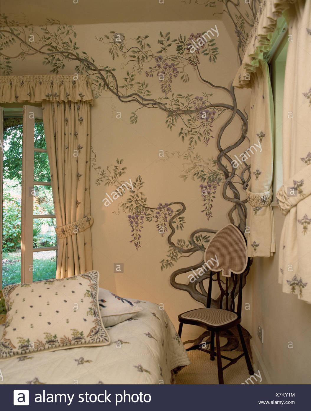 Full Size of Kleiner Stuhl In Der Ecke Htte Schlafzimmer Mit Handgemalten Sessel Wandlampe Bad Deko Badezimmer Teppich Luxus Glaswand Dusche Wandfliesen Küche Günstige Wohnzimmer Deko Schlafzimmer Wand
