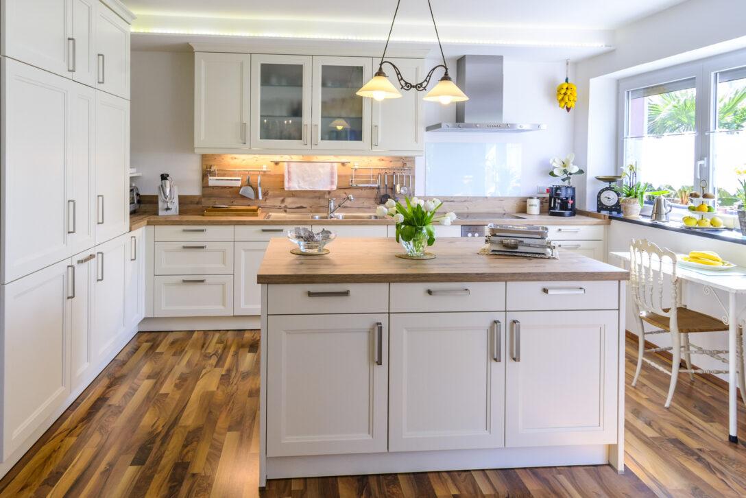 Large Size of Kcheninsel Stilvolle Kchenform Mit Optischem Highlight Freistehende Küche Wohnzimmer Kücheninsel Freistehend