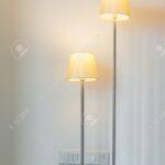 Stehlampe Im Wohnzimmer Lizenzfreie Fotos Vorhänge Relaxliege Tisch Esstische Schrank Liege Lampe Landhausstil Wohnwand Fürs Xxl Tapeten Duschen Vorhang Für Wohnzimmer Moderne Stehlampe Wohnzimmer