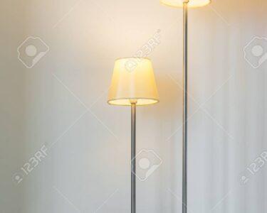 Moderne Stehlampe Wohnzimmer Wohnzimmer Stehlampe Im Wohnzimmer Lizenzfreie Fotos Vorhänge Relaxliege Tisch Esstische Schrank Liege Lampe Landhausstil Wohnwand Fürs Xxl Tapeten Duschen Vorhang Für