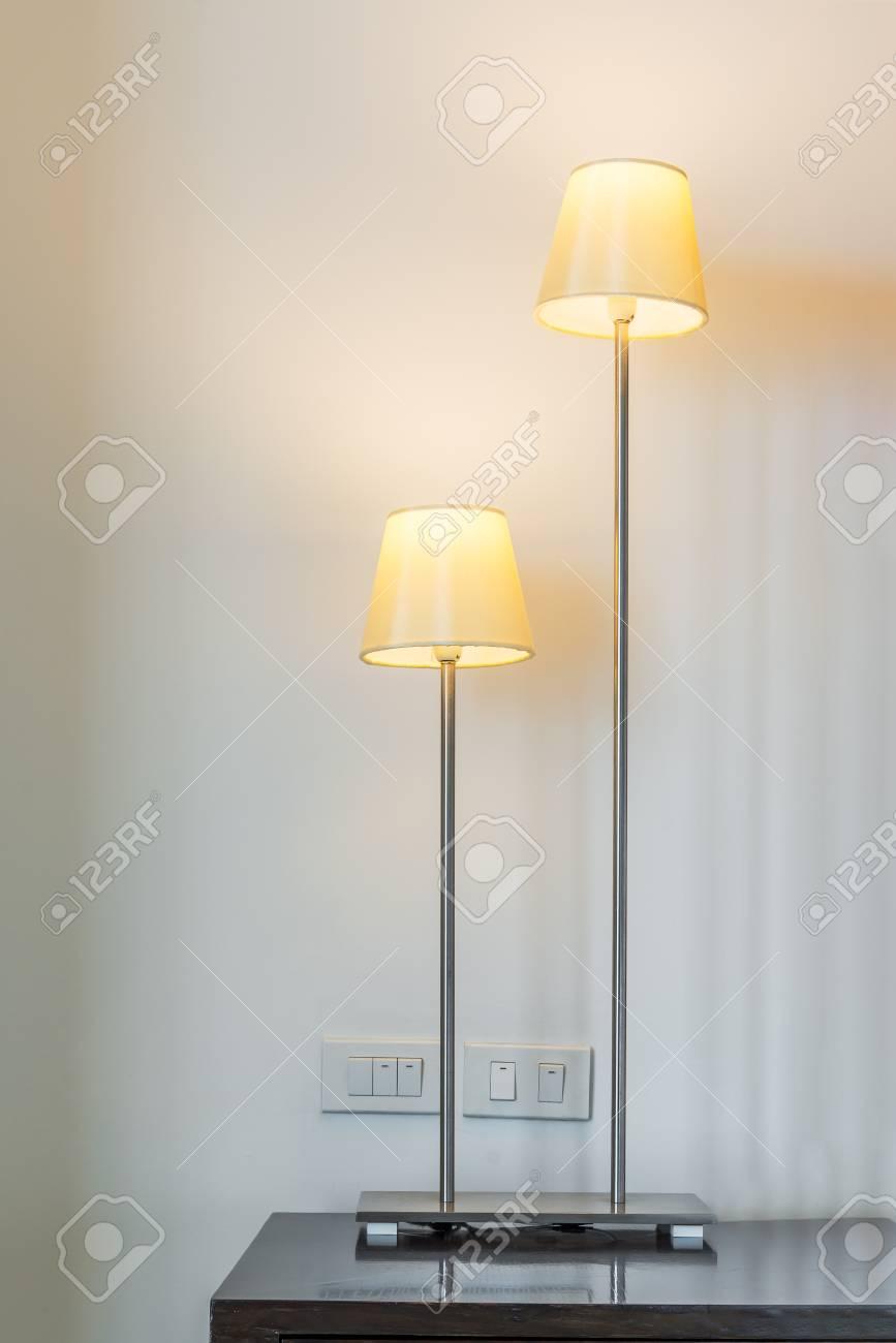 Full Size of Stehlampe Im Wohnzimmer Lizenzfreie Fotos Vorhänge Relaxliege Tisch Esstische Schrank Liege Lampe Landhausstil Wohnwand Fürs Xxl Tapeten Duschen Vorhang Für Wohnzimmer Moderne Stehlampe Wohnzimmer