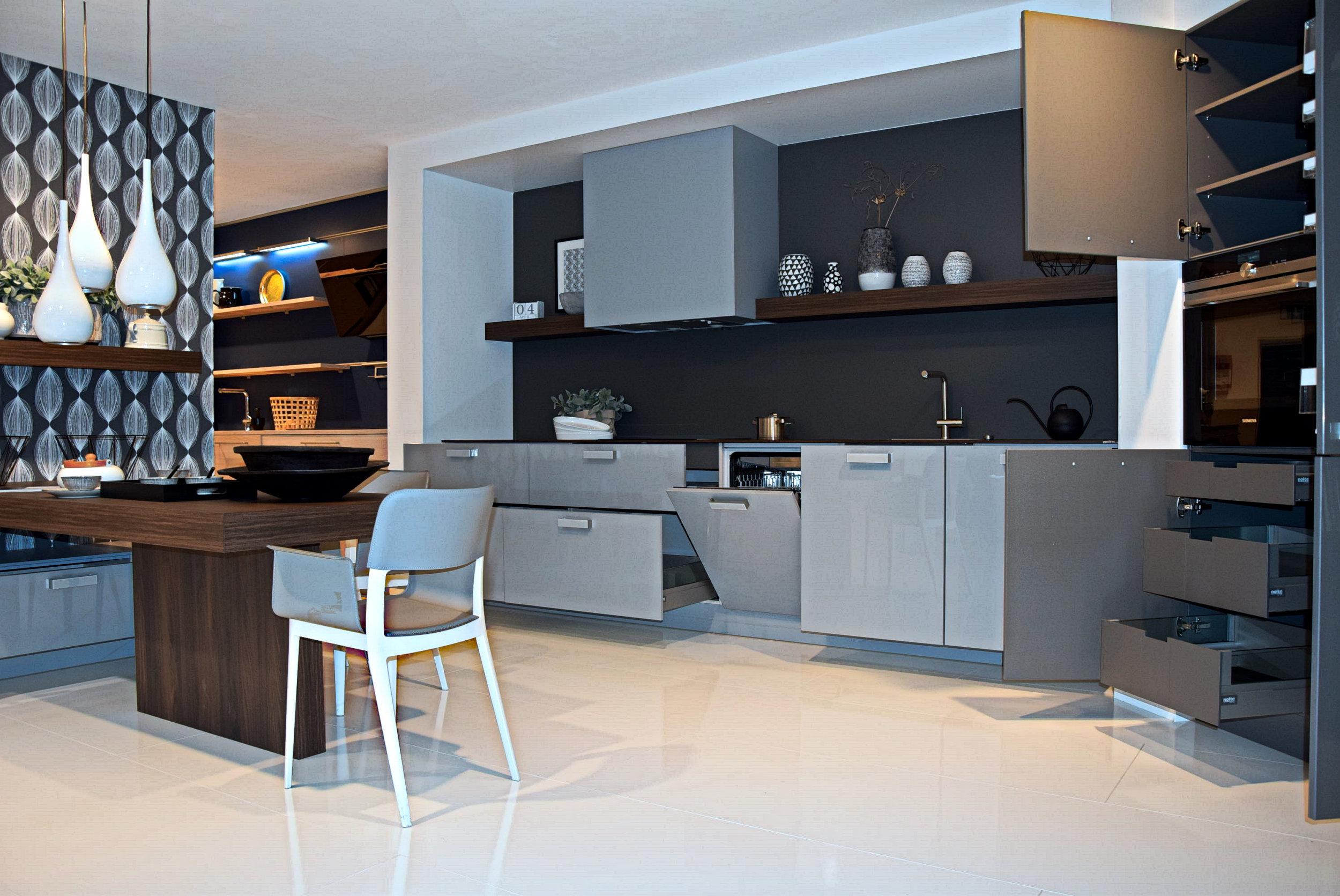 Full Size of Nolte Küchen Glasfront Traumkche Klassik Kche Hcker Wei Modern Mit Holzoptik Und Roter Betten Regal Schlafzimmer Küche Wohnzimmer Nolte Küchen Glasfront