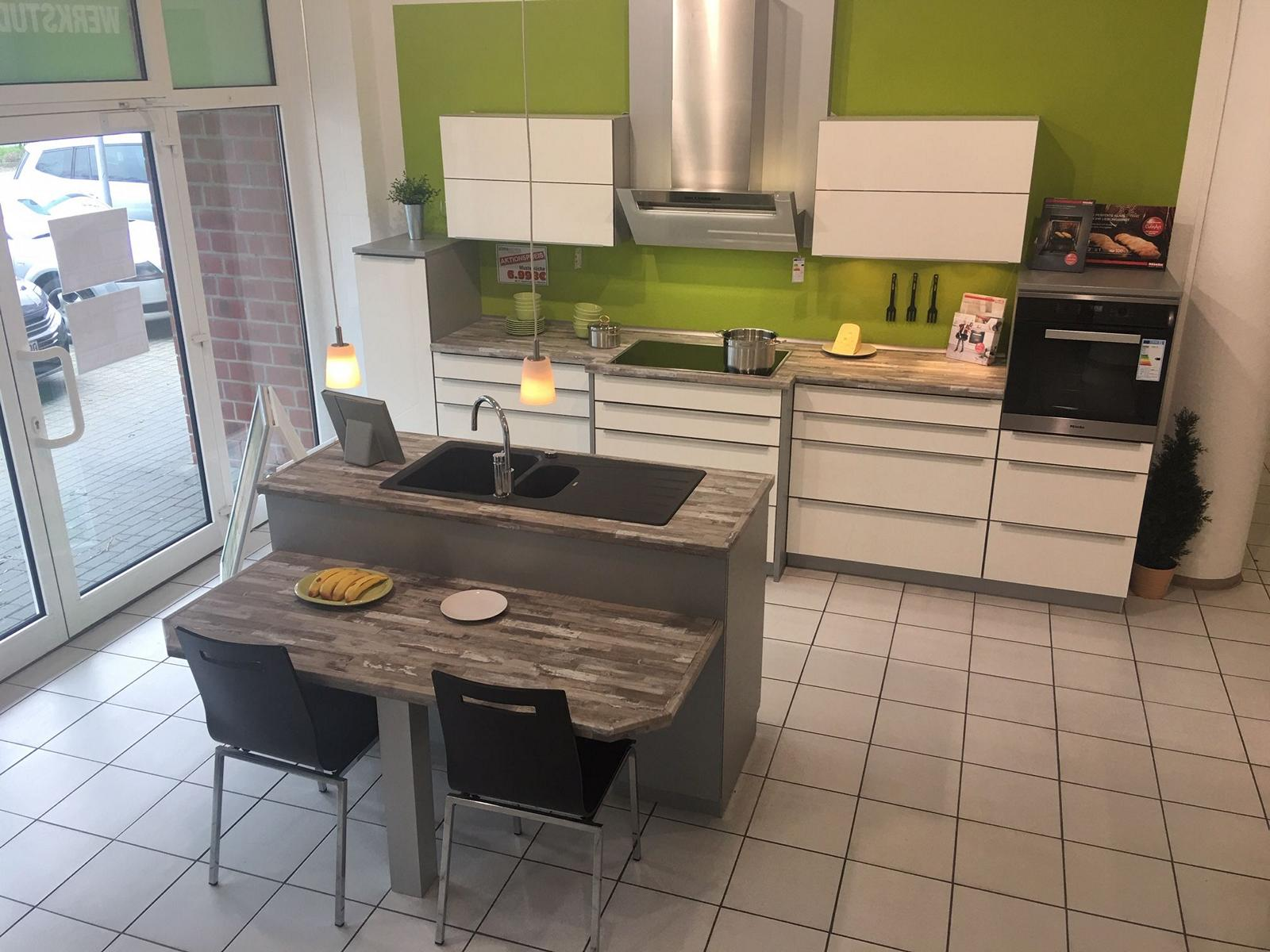 Full Size of Musterkchen Moderne Kchenzeile Mit Einer Spleninsel Modell Komplettküche Miele Küche Wohnzimmer Miele Komplettküche
