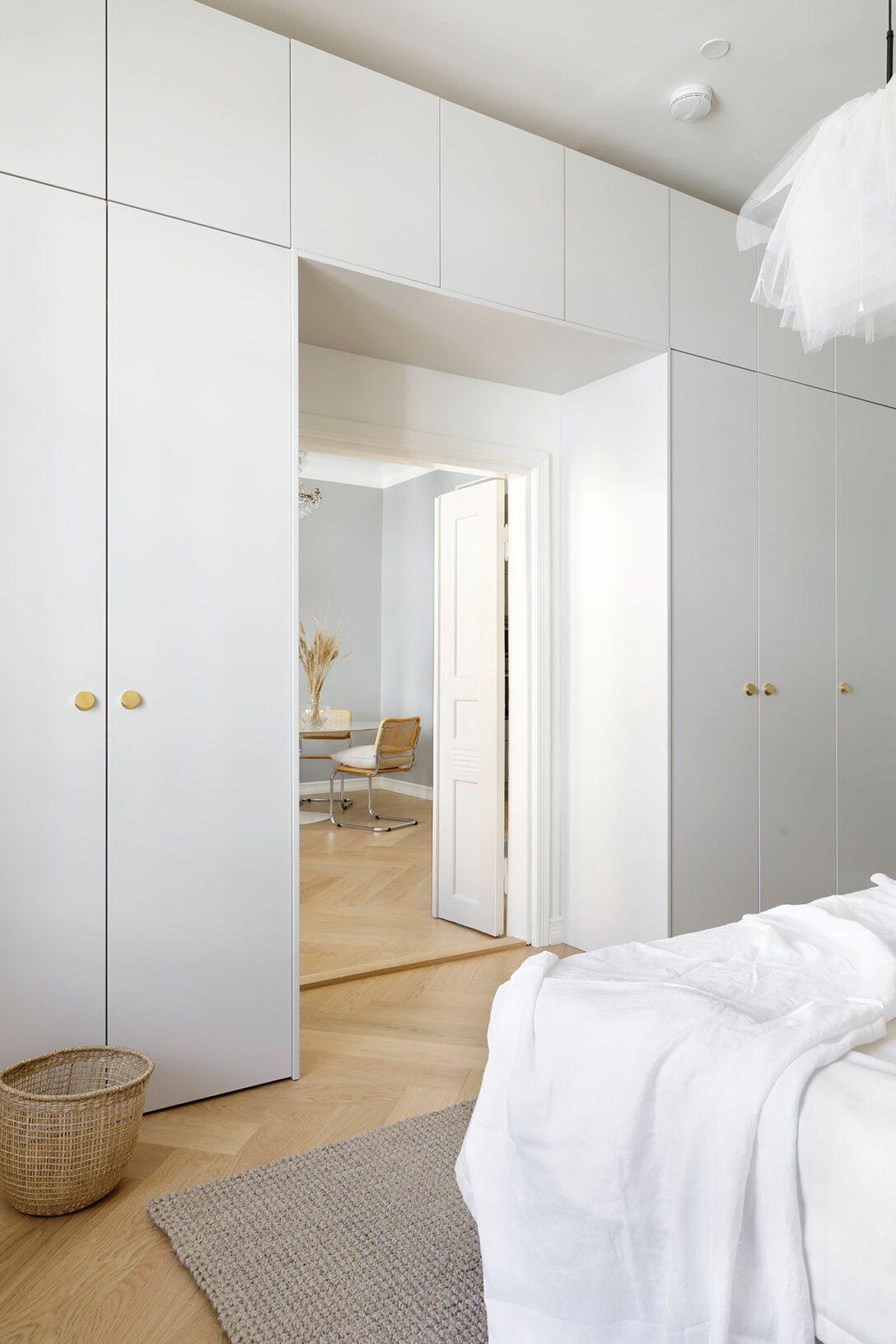 Large Size of Kleiderschrank Real This Bedroom Isnt Only A Stunner But Storage Wonder Regal Mit Wohnzimmer Kleiderschrank Real
