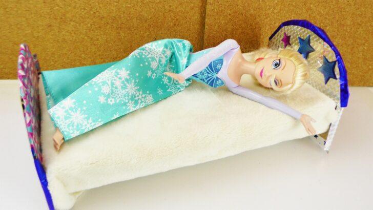 Medium Size of Holzbett Für Kinder Frozen Eisknigin Bekommt Ein Neues Bett Barbie Selber Stuhl Schlafzimmer Deckenlampen Wohnzimmer Bad Griesbach Fürstenhof Regale Wohnzimmer Holzbett Für Kinder