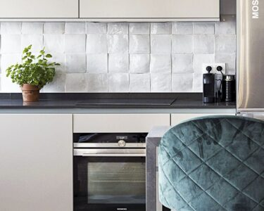 Moderne Küchenfliesen Wand Wohnzimmer Moderne Küchenfliesen Wand Kche Mit Weien Backsplash Fliesen Und Einer Mischung Aus Nischenrückwand Küche Dusche Wandbilder Wohnzimmer Regal Ohne Rückwand