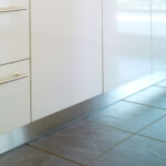 Sockelleiste Kuche Anbringen Zuhause Bodenfliesen Küche Einzelschränke Fliesenspiegel Glas Bank Jalousieschrank Selbst Zusammenstellen Einbauküche Kaufen Wohnzimmer Nolte Küche Blende Entfernen