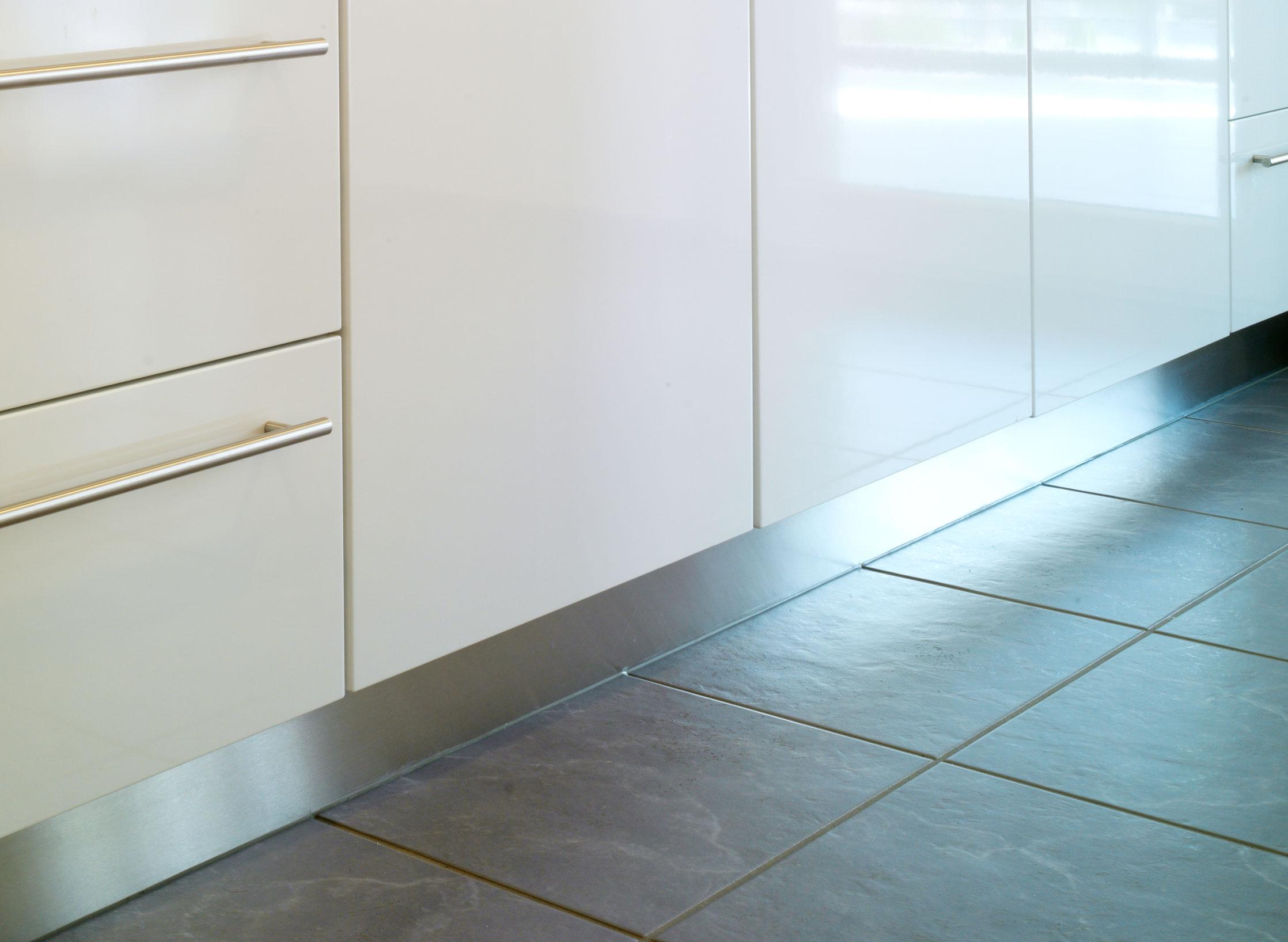 Full Size of Sockelleiste Kuche Anbringen Zuhause Bodenfliesen Küche Einzelschränke Fliesenspiegel Glas Bank Jalousieschrank Selbst Zusammenstellen Einbauküche Kaufen Wohnzimmer Nolte Küche Blende Entfernen
