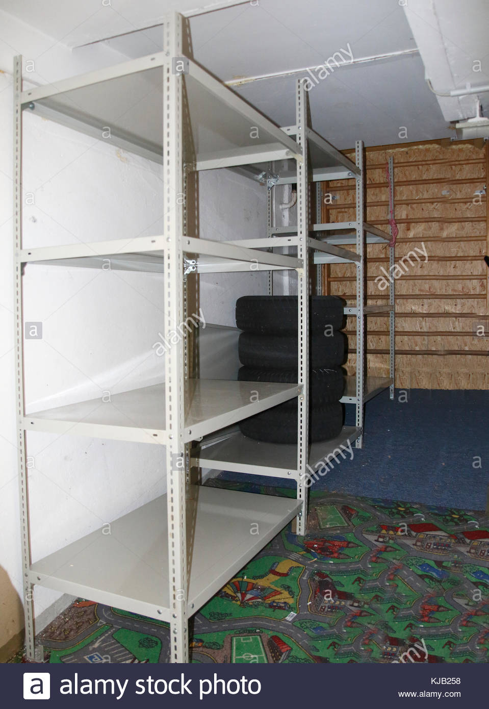 Full Size of Regalsystem Keller Metall Ikea Regale Regalsysteme Regal Schwerlast Aus Im Stockfoto Kaufen Bett Weiß Für Wohnzimmer Regalsystem Keller Metall